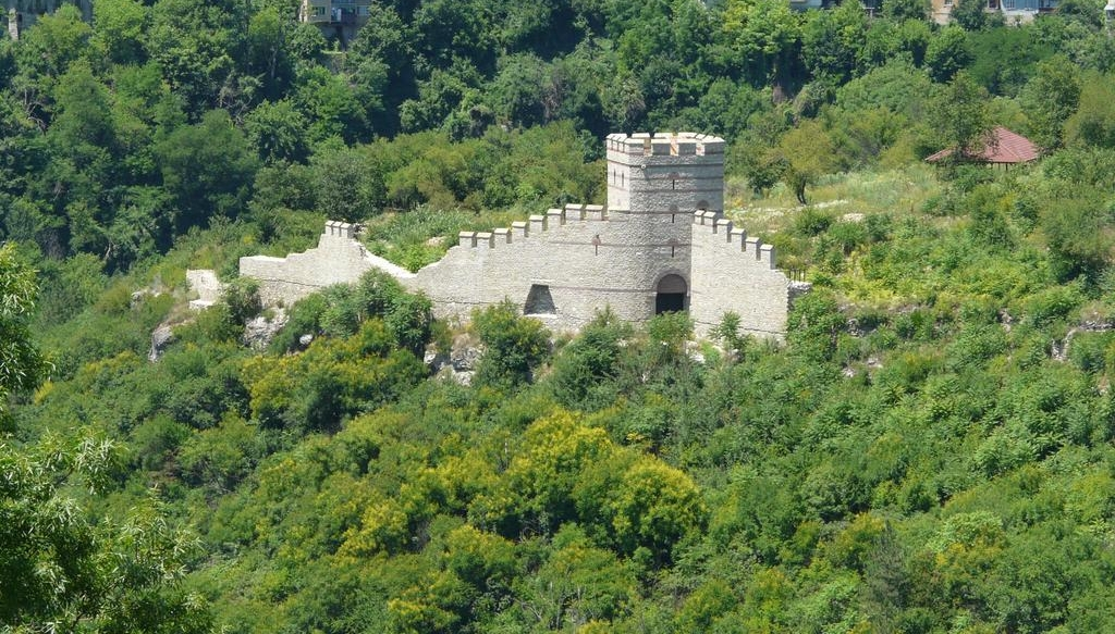 Крепостна стена и кула на хълма Трапезица