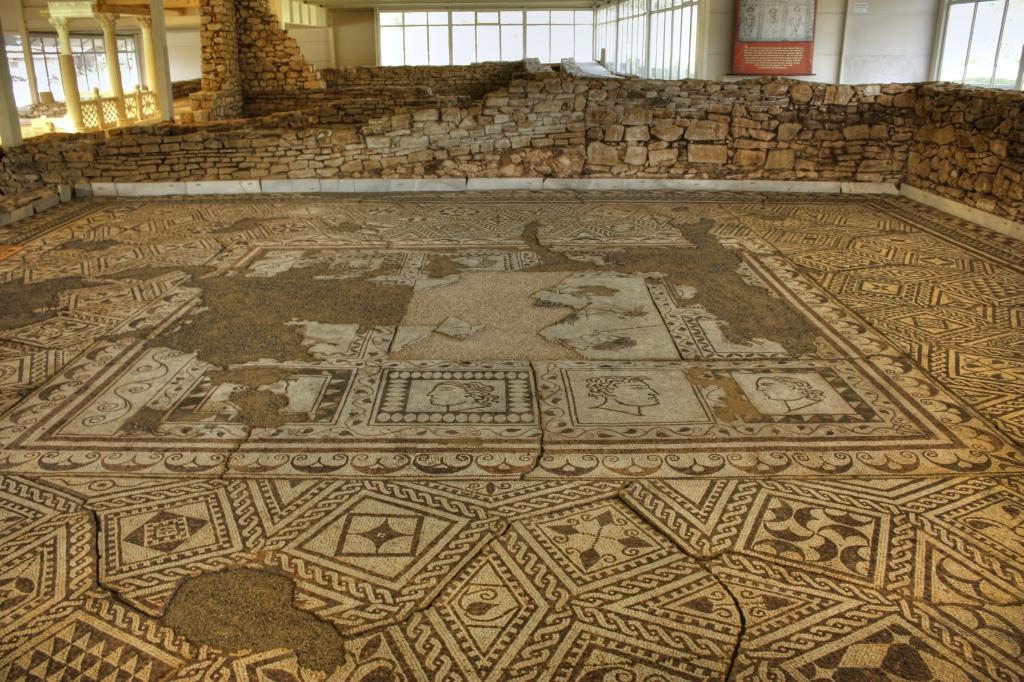 """Фрагмент римска мозайка от пода на Вила """"Армира"""""""