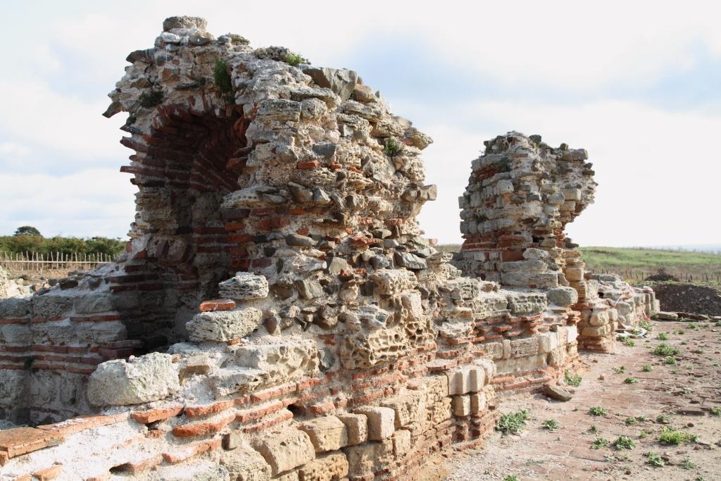 """Средновековен манастир """"Св. Йоан Предтеча"""", разположен на остров Св. Иван"""