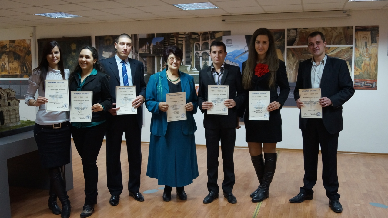 Проф. д.и.н. Виолета Нешева и студентите-участници в семинара