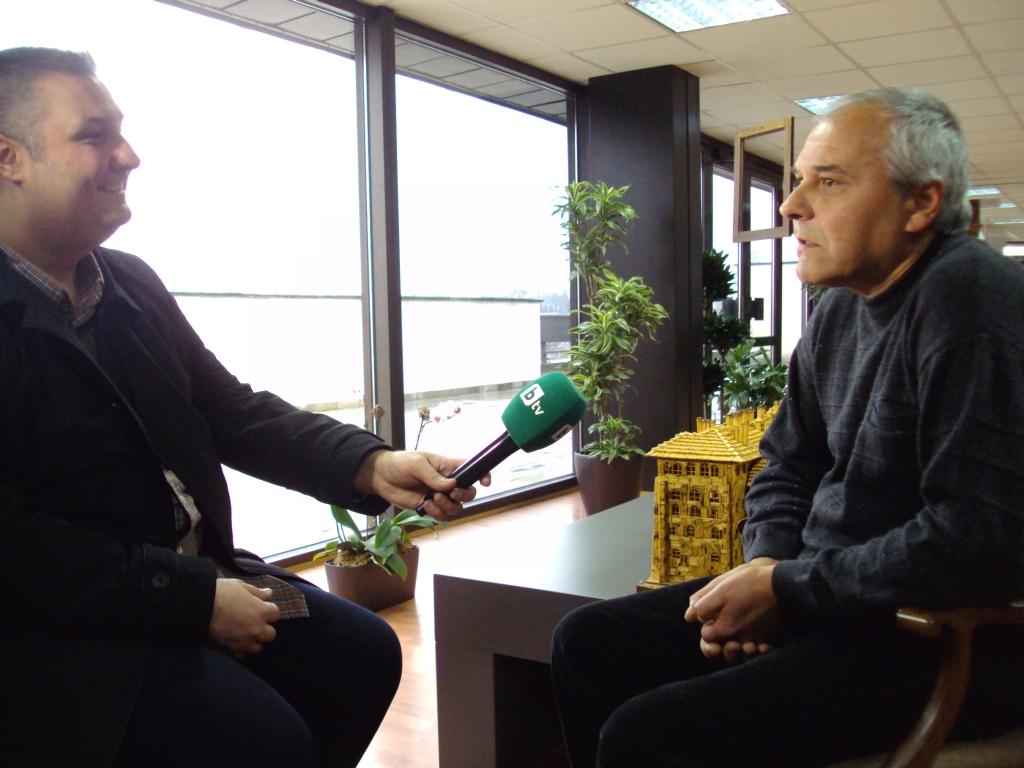 Г-н Борислав Лазаров взима интервю от г-н Пламен Игнатов – автор на макета на Рилски манастир