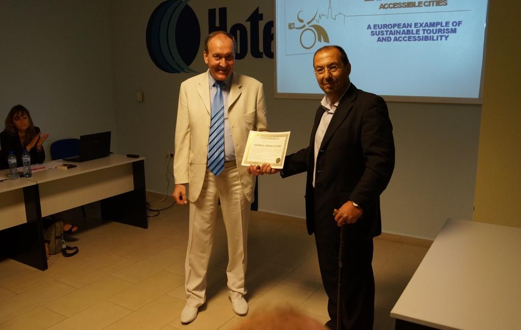 Г-н Иван Карагьозов връчва Сертификата на г-н Кирил Арнаутски