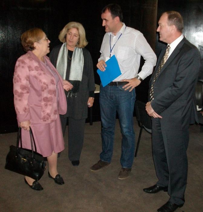 Г-н Арнаутски и г-жа Цанкова разговарят с г-жа Вероник Дож и с г-н Синиша Сешум
