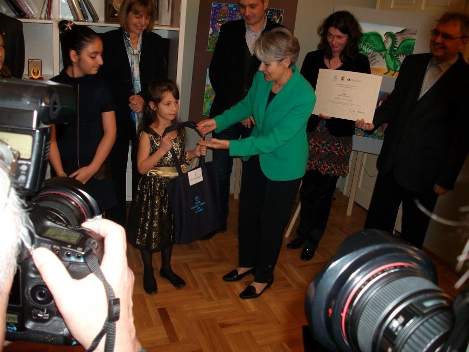 Ms. Bokova and Ms. Fandakova giving awards to the talented artists