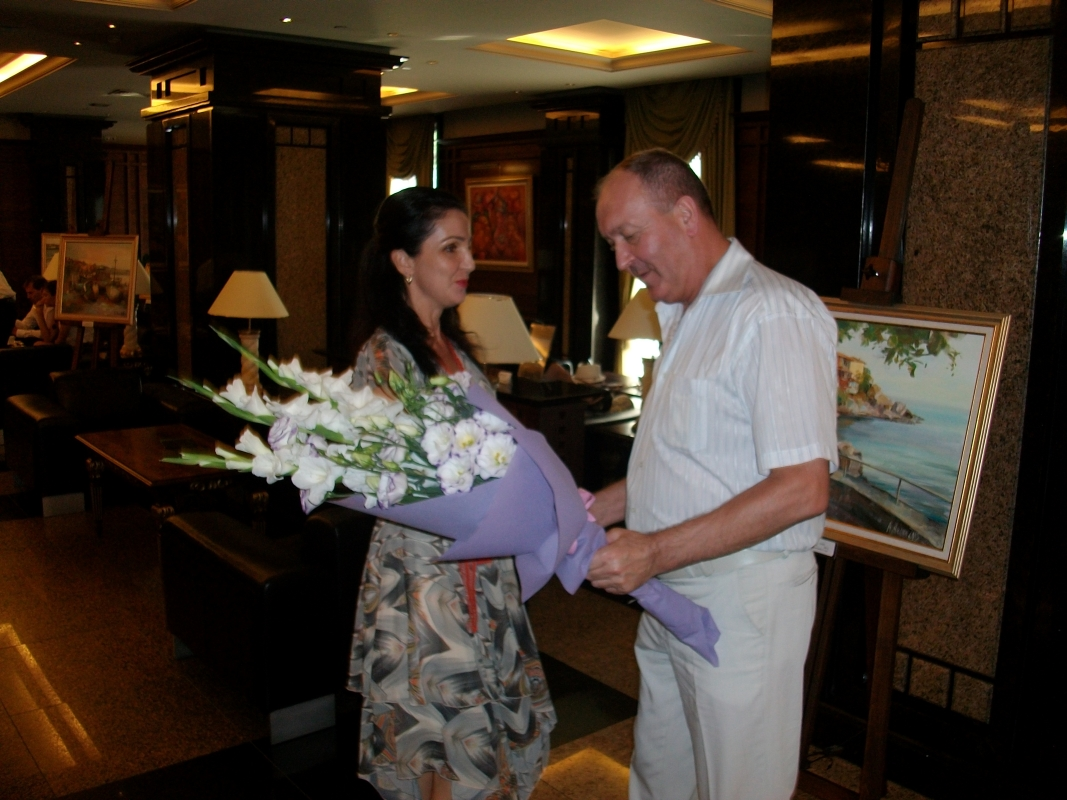 Г-н Арнаутски подносит букет цветов на Ангелина Недин