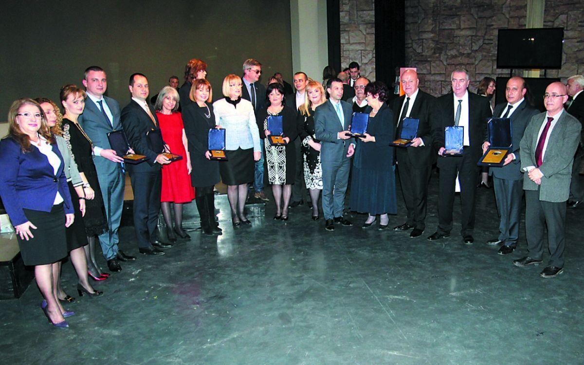 Г-жа Славка Бозукова, почетните гости и наградените в обща снимка след официалната церемония