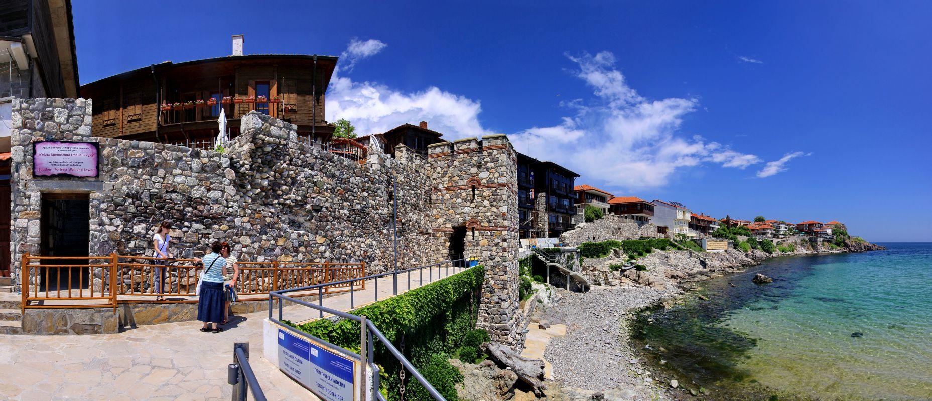"""Туристи при посещението си в Архитектурно-исторически комплекс """"Южна крепостна стена и кула"""" и изградената рампа на входа на комплекса"""