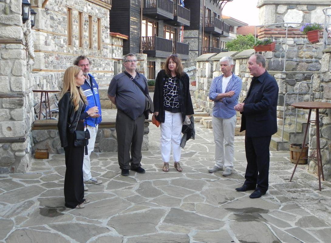 Г-н Кирил Арнаутски обяснява за изпълнените дейности по проекта на н.пр. Гюро Катерина Хелвик Викьор и другите гости