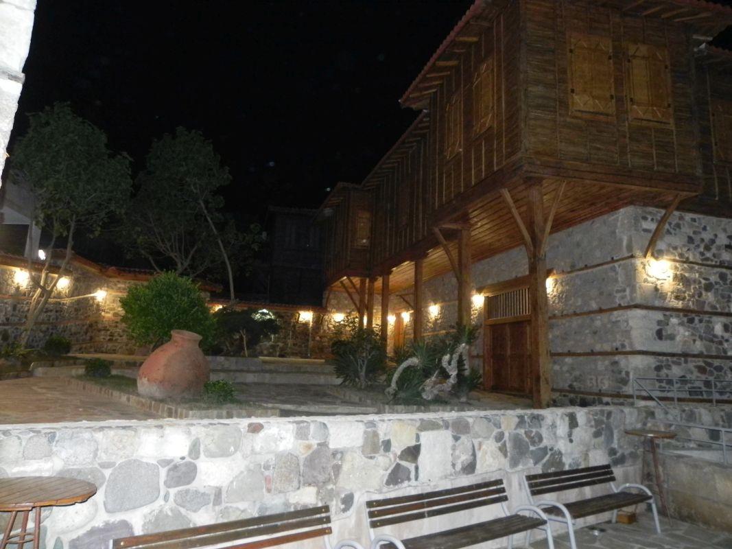 """Двор на къща """"Тракийски хан"""" –  с изпълнена вертикална планировка и ефектно осветление по проекта"""