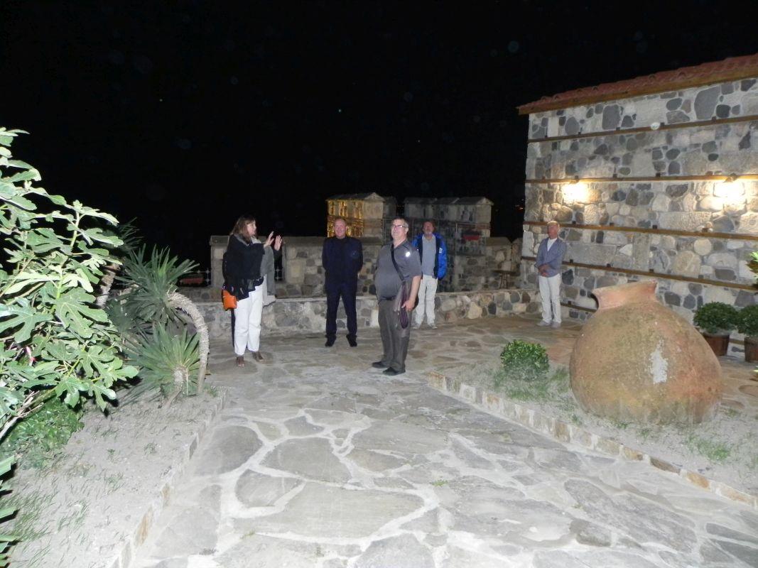 """Г-жа Викьор, Г-н Арнаутски и другите гости разглеждат """"Тракийски хан"""" и изграденото ефектно осветление"""